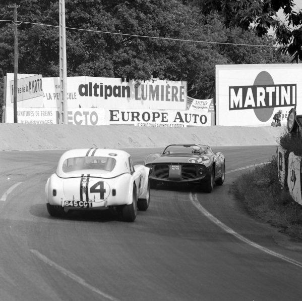 Ed Hugus / Peter Jopp, Ed Hugus, AC Cobra-Ford, follows Michael Parkes / Umberto Maglioli, Scuderia Ferrari, Ferrari 250P.