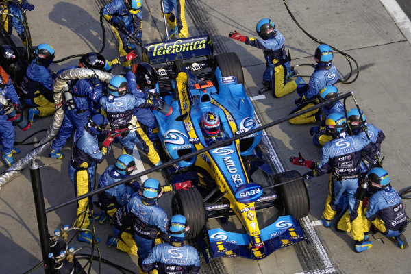 A pit stop for Fernando Alonso, Renault R25.