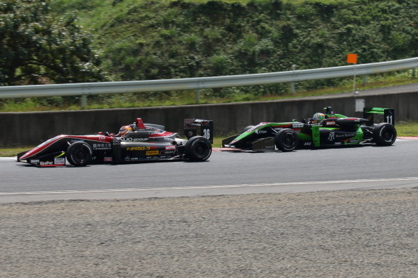 Round 20 winner Ritomo Miyata, Corolla Chukyo Kuo TOM'S, Dallara F317 Toyota, leads Sacha Fenestra, B-Max Racing with Motopark, Dallara F314 Volkswagen A41, 2nd