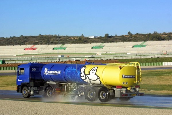 Michelin keep the track wet for the day's testingFormula 1 Testing, 14 January 2002, Valencia, Spain, Circuit Ricardo Tormo.DIGITAL IMAGE