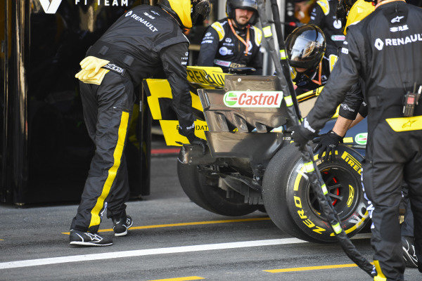 Daniel Ricciardo, Renault R.S.19, retires from the race