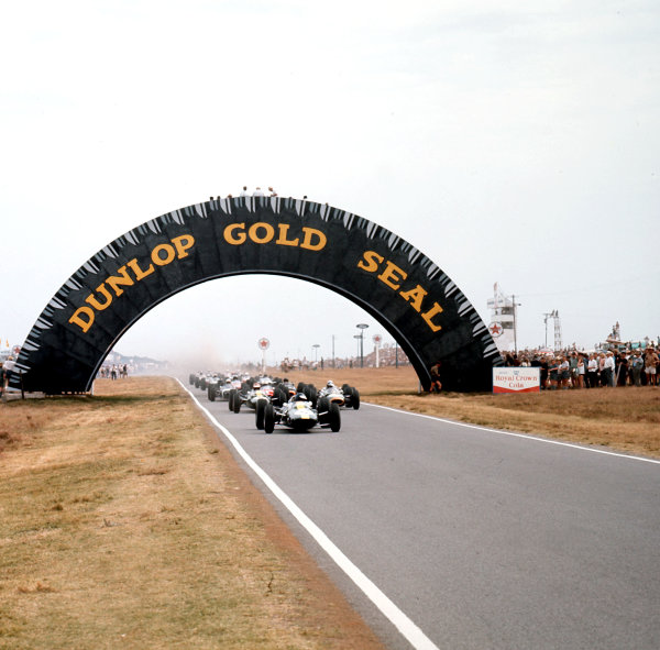 1965 South African Grand Prix. East London, South Africa 30/12/64-1/1/1965 Jim Clark (Lotus 33 Climax) leads at the start. He finished in 1st position Ref-3/1464 World Copyright - LAT Photographic