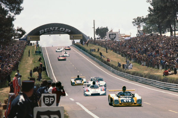 Le Mans, France. 11th - 12th June 1977 Patrick Depailler/Jacques Laffite (Renault Alpine A442), retired, leads on lap 1, action. World Copyright: LAT PhotographicRef: 77LM17.