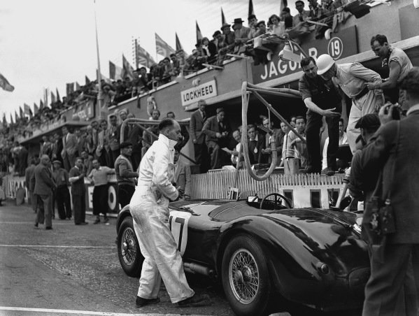 Le Mans, France. 13th - 14th June 1953. Stirling Moss/Peter Walker (Jaguar XK120 C), 2nd position, pit stop action.  World Copyright: LAT Photographic Ref: Autocar Glass Plate C35984