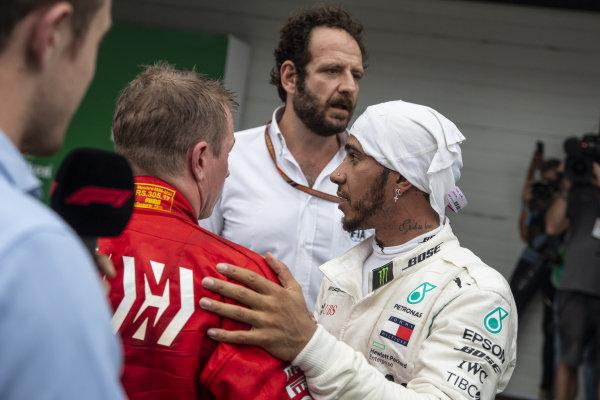 Lewis Hamilton, Mercedes AMG F1 a Kimi Raikkonen, Ferrari v Parc Ferme
