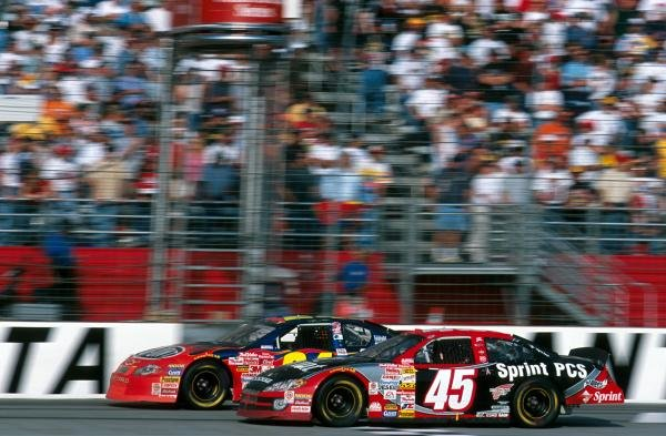 2001 NASCAR title winner Jeff Gordon (USA), left, battles with Kyle Petty (USA).Atlanta, USA. 18 November 2001.BEST IMAGE