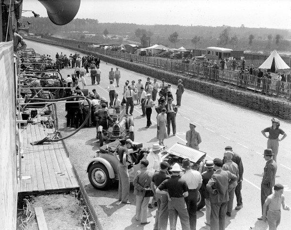 Le Mans, France. 16-17 June 1934.A pit scene featuring Roger Labric/Pierre Veyron (Bugatti T50) and Auguste Bodoignet/Fernand Vallon (Bugatti).Ref-Motor 800/73.World Copyright - LAT Photographic