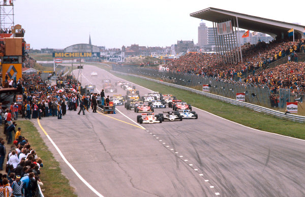 1977 Dutch Grand Prix.Zandvoort, Holland.26-28 August 1977.James Hunt (McLaren M26 Ford) leads Mario Andretti (Lotus 78 Ford) and Jacques Laffite (Ligier JS7 Matra) and the rest of the field at the start. Ref-77 HOL 13.World Copyright - LAT Photographic
