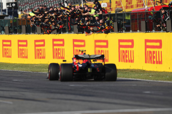 Alexander Albon, Red Bull Racing RB16, 3rd position, passes his team as they cheer from the pit wall