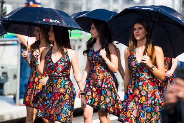 Autodromo Hermanos Rodriguez, Mexico City, Mexico. Thursday 26 October 2017. Grid girls shelter from the sun with umbrellas. World Copyright: Sam Bloxham/LAT Images  ref: Digital Image _J6I8557