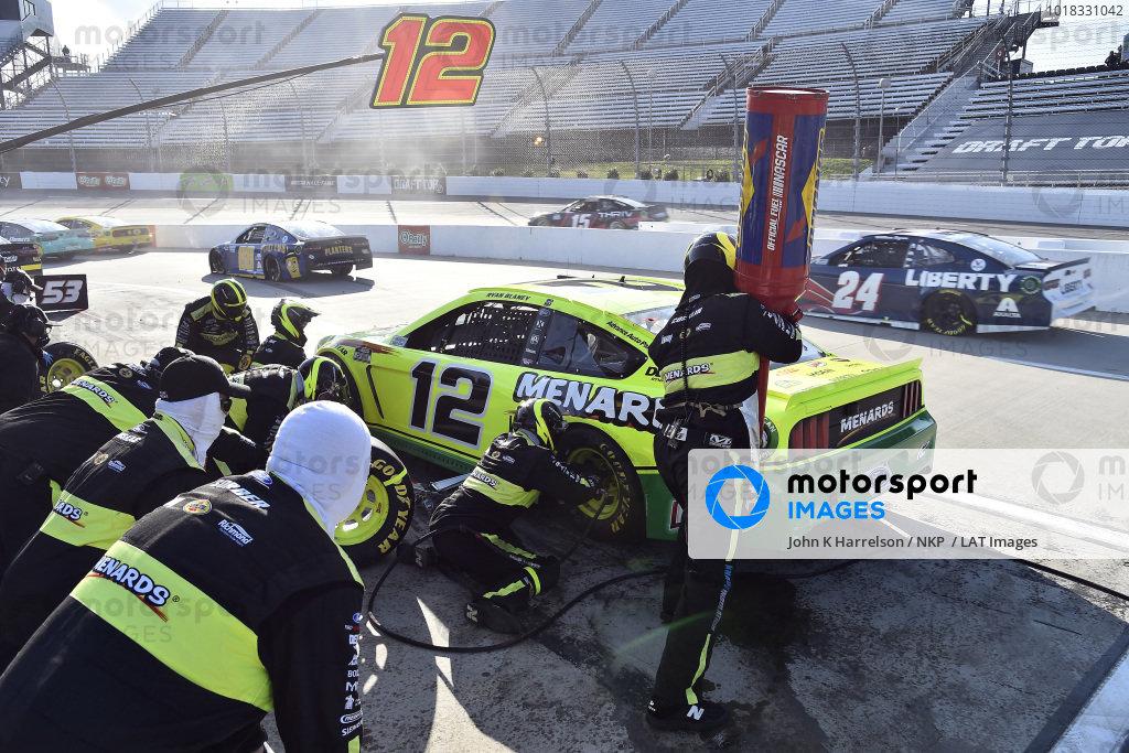 #12: Ryan Blaney, Team Penske, Ford Mustang Menards/Libman pit stop