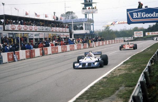 Patrick Depailler, Tyrrell P34 Ford leads Carlos Reutemann, Ferrari 312T2.