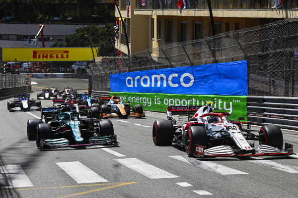 Antonio Giovinazzi, Alfa Romeo Racing C41, leads Lance Stroll, Aston Martin AMR21, Daniel Ricciardo, McLaren MCL35M, and the remainder of the field at the start