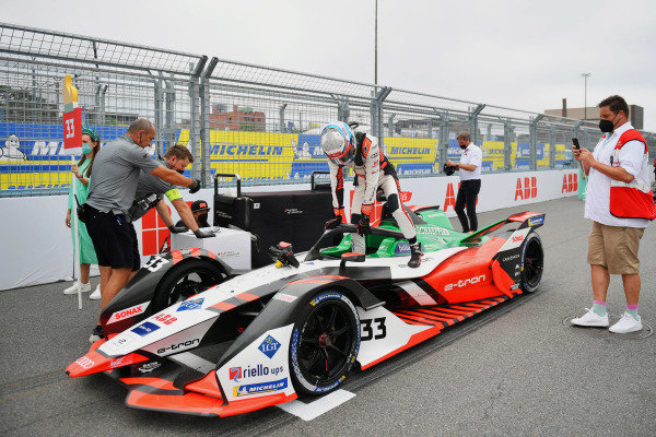 Rene Rast (DEU), Audi Sport ABT Schaeffler, Audi e-tron FE07, climbs into his car on the grid