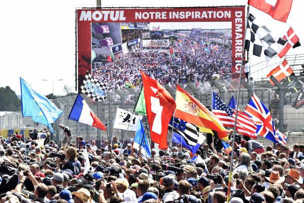 Massive crowd , Atmosphere