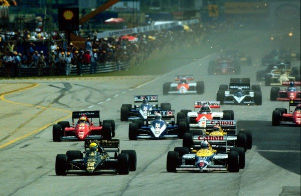 1986 Brazilian Grand Prix.Jacarepagua, Rio de Janeiro, Brazil.21-23 March 1986.Ayrton Senna (Lotus 98T Renault) leads Nigel Mansell (Williams FW11 Honda) at the start. They clashed on the first lap with Mansell retiring. Senna finished in 2nd position.World Copyright - LAT Photographic