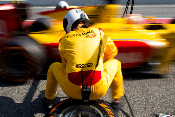 Circuit de Barcelona Catalunya, Barcelona, Spain. Wednesday 15 March 2017. A Pertamina Arden mechanic at work during pit-stop practice.  Photo: Alastair Staley/FIA Formula 2 ref: Digital Image 580A1613