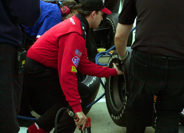 Tony Stewart helps his crew change tires and prepare the car of Dr Jack Miller for qualifying.84th. Indianapolis 500, Indy Racing Northern Light Series, Indianapolis Motor Speedway, Speedway Indiana,USA 28 May,2000 -F Peirce Williams 2000 LAT PHOTOGRAPHIC