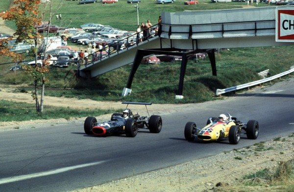 1968 Canadian Grand Prix.Mont-Tremblant, (St. Jovite), Quebec, Canada.20-22 September 1968.Piers Courage (BRM P126) passes Al Pease (Eagle TG101 Climax).Ref-68 CAN 52.World Copyright - LAT Photographic