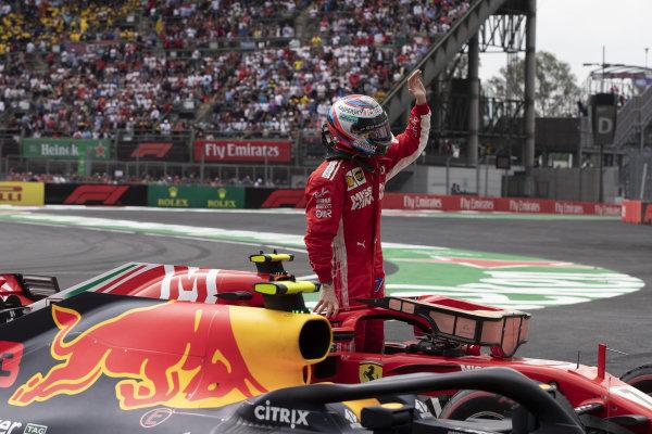 Kimi Raikkonen, Ferrari SF71H oslavuje v Parc Ferme