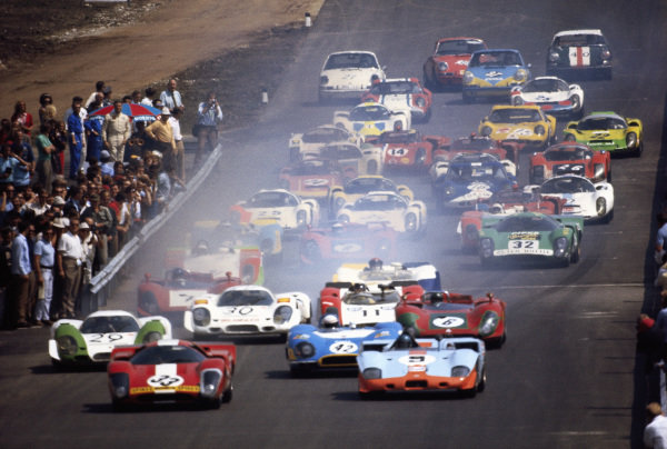 Jo Bonnier / Herbert Müller, Scuderia Filipinetti, Lola T70 Mk.3B GT Chevrolet SL76/151 and Jacky Ickx / Jackie Oliver, J. W. Automotive Ltd, Mirage M3/300 Ford 001/301 lead the field away at the start.