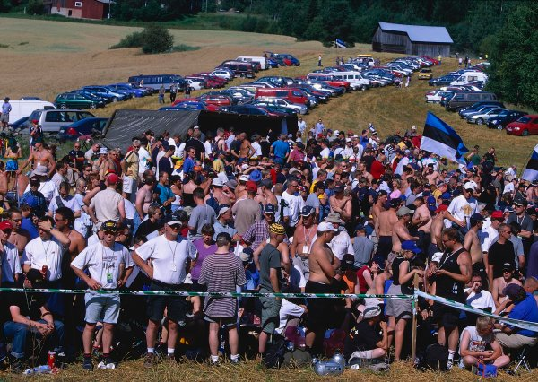 2002 World Rally ChampionshipNeste Rally of Finland. 8th - 11th August 2002.The crowds gather.World Copyright: McKlein/LAT Photographicref: 35mm Image A02