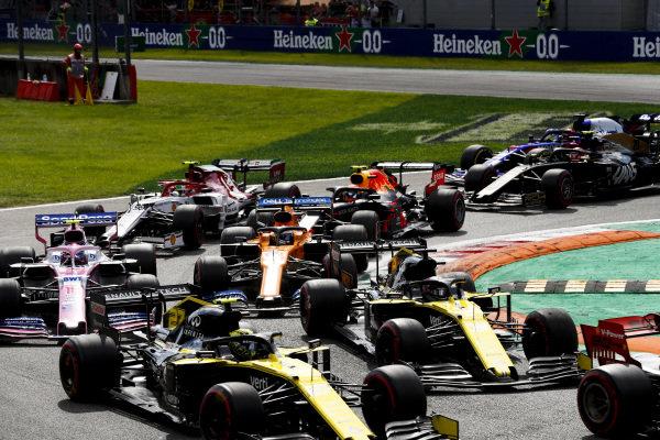 Nico Hulkenberg, Renault R.S. 19, leads Daniel Ricciardo, Renault R.S.19, Lance Stroll, Racing Point RP19, Carlos Sainz Jr., McLaren MCL34, Antonio Giovinazzi, Alfa Romeo Racing C38, Alexander Albon, Red Bull RB15, and the remainder of the field at the start