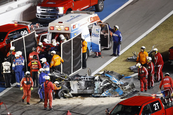 #6: Ryan Newman, Roush Fenway Racing, Ford Mustang Koch Industries, crash, safety team