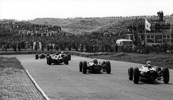 Race winner Jim Clark (GBR) Lotus 25 heads the field in the opening laps of the race. Dutch Grand Prix, Zandvoort, 23 June 1963.