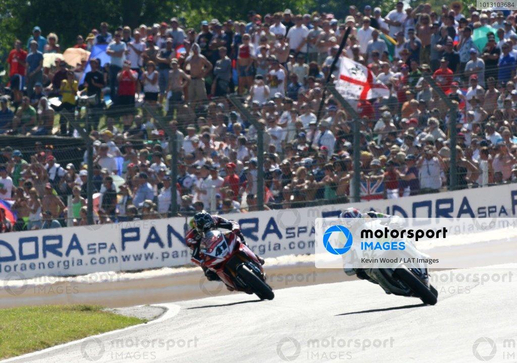 2007 World Superbike Championship. Brands Hatch, England. 3rd - 5th August 2007. James Toseland, Honda CBR1000RR (1st position), leads Noriyuki Haga, Yamaha YZF R1 (2nd position), action, crowd, atmosphere. World Copyright: Kevin Wood/LAT Photographic ref: Digital Image