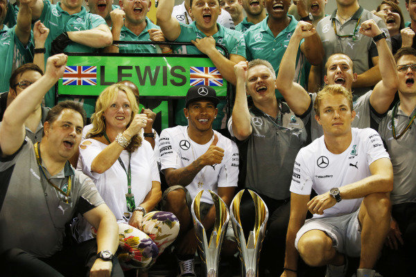 Marina Bay Circuit, Singapore. Sunday 21 September 2014. Lewis Hamilton, Mercedes AMG, his mum, Nico Rosberg, Mercedes AMG, and the Mercedes team celebrate victory. World Copyright: Charles Coates/LAT Photographic. ref: Digital Image _N7T5527