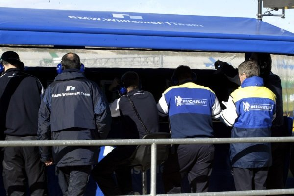The engineers from Michelin dicuss the tyre's progress with the Williams teamFormula One Testing, Valencia, Spain 29 November 2002DIGITAL IMAGE
