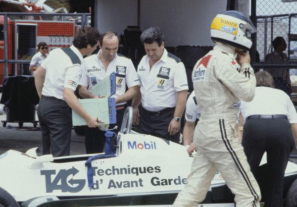 1982 Brazilian Grand Prix.Rio de Janeiro, Brazil. 21 March 1982.Frank Williams and Carlos Reutemann.World Copyright: LAT Photographicref: 35mm Transparency Image