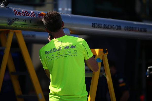 Albert Park, Melbourne, Australia. Wednesday 16 March 2016. Red Bull Racing mechanic sets up the pit stop gantry World Copyright: Andrew Hone/LAT Photographic. ref: Digital Image HONY9886