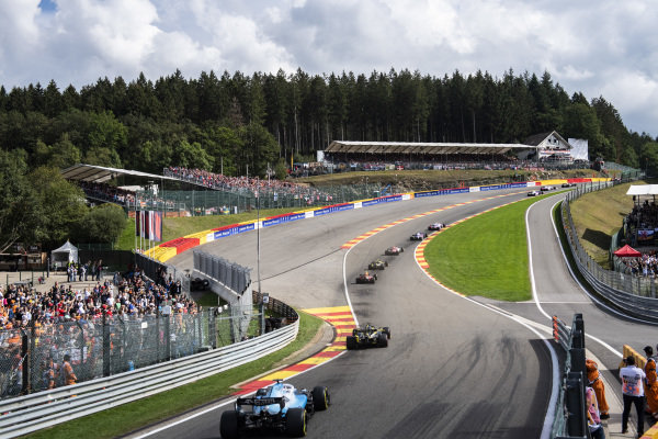 Daniel Ricciardo, Renault R.S.19, and George Russell, Williams Racing FW42, chase the pack