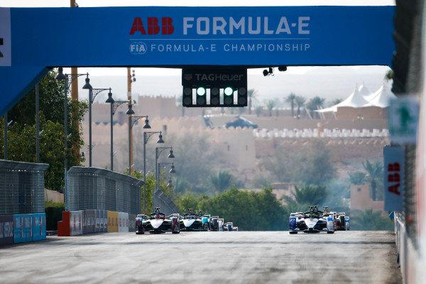 Start with Alexander Sims (GBR) BMW I Andretti Motorsports, BMW iFE.20 leading Sébastien Buemi (CHE), Nissan e.Dams, Nissan IMO2