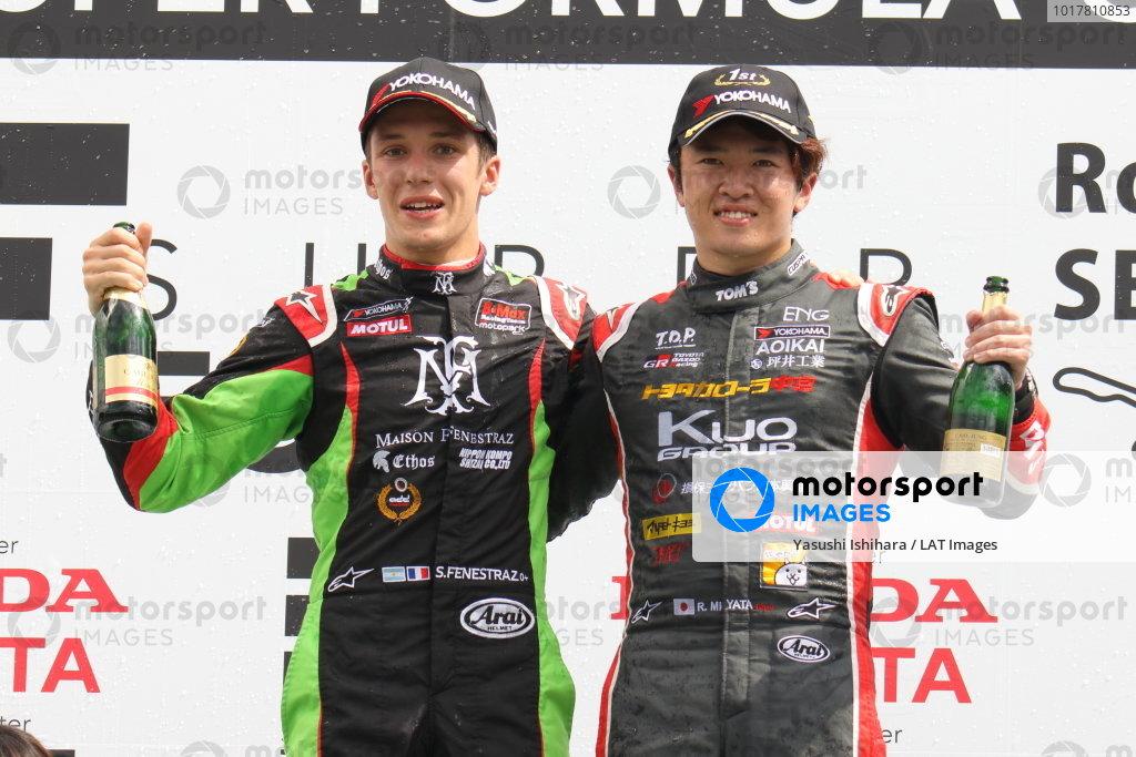 Round 20 winner Ritomo Miyata, Corolla Chukyo Kuo TOM'S, Dallara F317 Toyota, celebrates on the podium with Sacha Fenestra, B-Max Racing with Motopark, Dallara F314 Volkswagen A41, 2nd